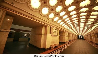 Commuters and trains on Novokuznetskaya station - MOSCOW -...