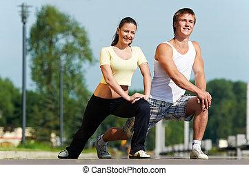joven, hombre, mujer, extensión, ejercicios