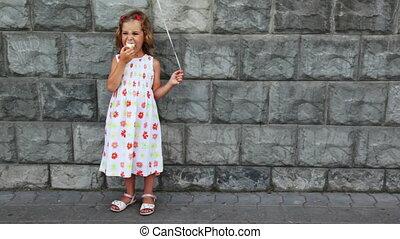 litet, flicka, står, äta, is, grädde