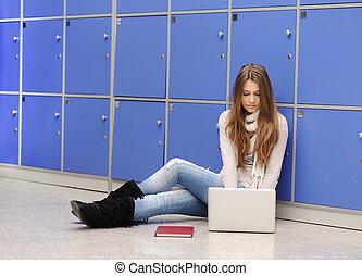 bonito, femininas, estudante, sentando, chão, laptop