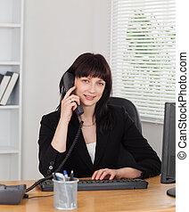 婦女, 辦公室, 工作, 好, 看, 電話, 當時, 電腦, 黑發淺黑膚色女子