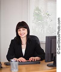 婦女, 辦公室, 工作, 坐, 好, 看, 當時, 電腦, 黑發淺黑膚色女子, 書桌