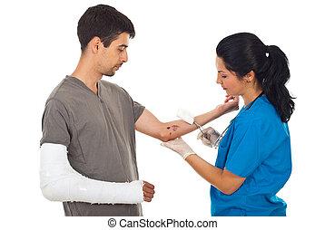 doctor, limpieza, herida, herido, hombre