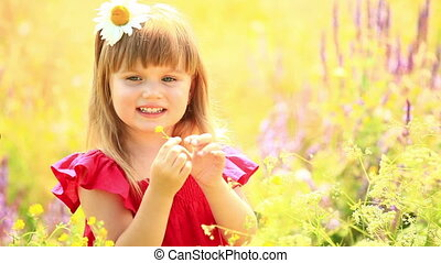 Beautiful girl looking at camera - Children outdoors