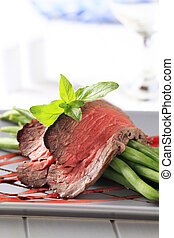Roast beef and string beans - Slices of roast beef and...