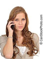 Junge Frau telefoniert konzentriert