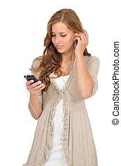 Studentin hrt Musik vom Smartphone