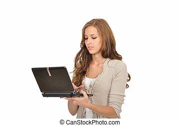 Studentin tippt auf dem Netbook