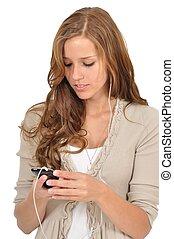 Junge Frau surft mit dem Smartphone im Web