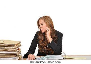 Sachbearbeiterin am Schreibtisch hat Angst vor dem Aktenberg
