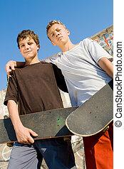 Adolescente, niños, juntos, monopatín