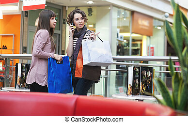 Two girls with shoppingbags