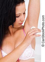 joven, mujer, Ser aplicable, desodorante