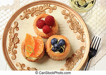 Puff pastries with custard and fruit
