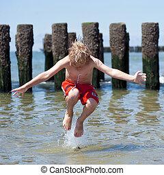 Menino, pulos, mar