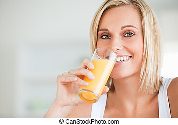 fim, cima, sorrindo, mulher, bebendo, laranja, suco, cozinha