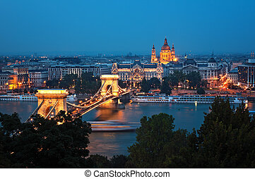 Budapest skyline at night - View of Chain Bridge and St...