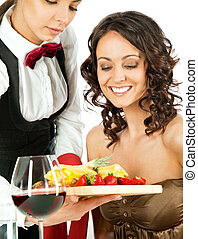 Garçonete, oferecendo, frutas, cliente