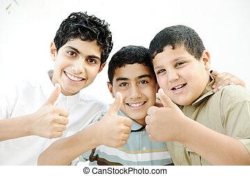 três, meninos, dizendo, ok, polegares, cima