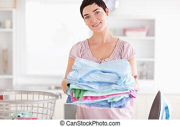 morena, mulher, pilha, roupas