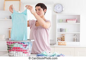 mulher, dobrando, roupas