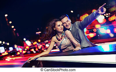 elegante, coppia, viaggiare, limousine, notte