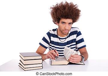 el suyo, tiro, estudiar, joven, aislado, escritorio, libro, estudio, hombre, blanco, lectura, guapo