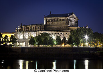 Semper Oper by night - An image of the Semper Oper in...