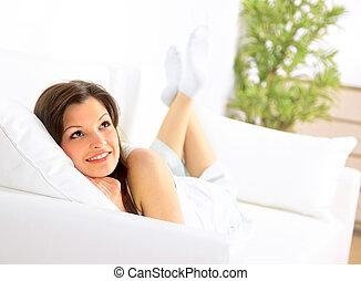 sonriente, niña, acostado, Abajo, diván,...