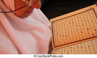 muslim woman 8 - Muslim women read the Quran, shoot Canon 5D...