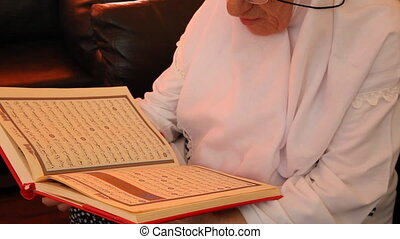 muslim woman 7 - Muslim women read the Quran, shoot Canon 5D...