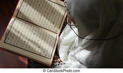 muslim woman 4 - Muslim women read the Quran, shoot Canon 5D...