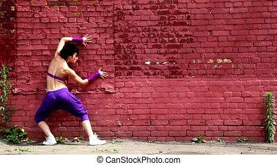 böjlig, flicka, dansa, röd, tegelsten, vägg