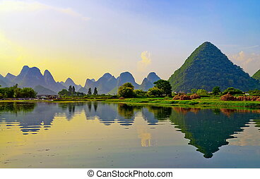 Li River in Yangshuo - Reflection of the muntains in Li...
