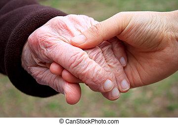 Sênior, jovem, segurando, mãos