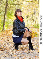 girl sitting in autumn park - Pretty girl with autumn...