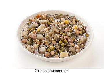 Zuppa di legumi nel piatto su fondo bianco