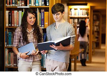 elegante, estudiantes, lectura, libro