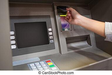 mão, inserindo, crédito, cartão
