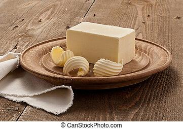 Ambientazione di burro su piatto di legno