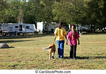 meninas, andar, cão, enquanto, acampamento