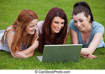 Utilizar, sonriente, cuaderno, mujeres