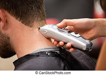 hombre, teniendo, corte de pelo