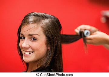 sonriente, mujer, teniendo, ella, pelo, arrollado