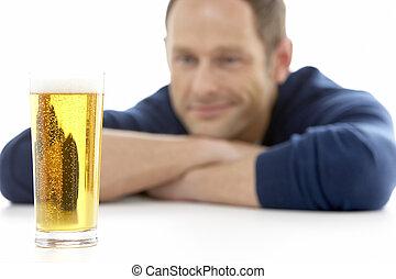 homem, olhar, em, vidro, de, Cerveja