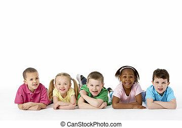 Grupo, de, jovem, crianças, em, estúdio