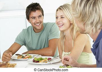 amigos, teniendo, almuerzo, juntos, en, hogar