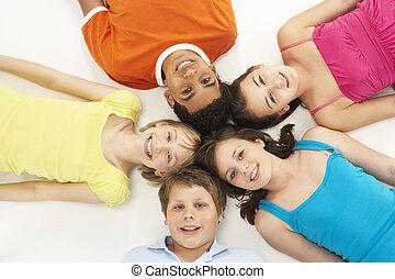 arriba, vista, de, cinco, joven, niños, en, estudio
