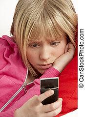 joven, niña, lectura, texto, y, Mirar, preocupado