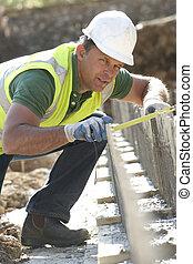 construção, trabalhador, deitando, fundações